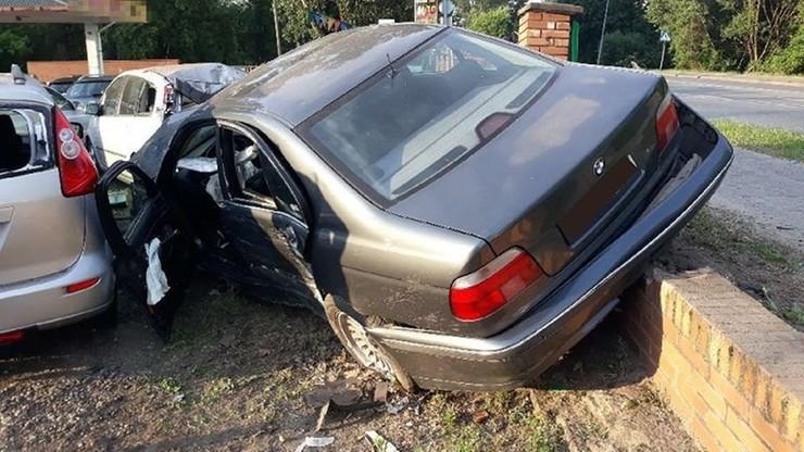 Wjechał BMW do komisu samochodowego. Rozbił 11 zaparkowanych w nim aut