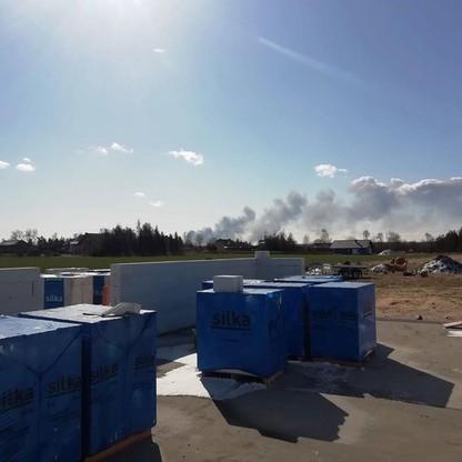 Dym widać m.in. z Chorzenic, oddalonych o ok. 15 km od miejsca pożaru