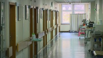 Uciekła ze szpitala. Ruszyli za nią policjanci w kombinezonach ochronnych