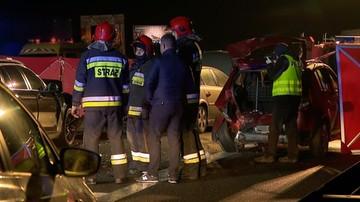 Karambol na A2 niedaleko Poznania. Jedna osoba nie żyje, 9 zostało rannych. Zderzyły się 23 auta