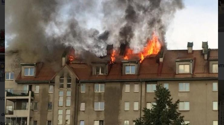 Gigantyczny pożar w Warszawie. W płomieniach stanął blok przy ul. Fasolowej