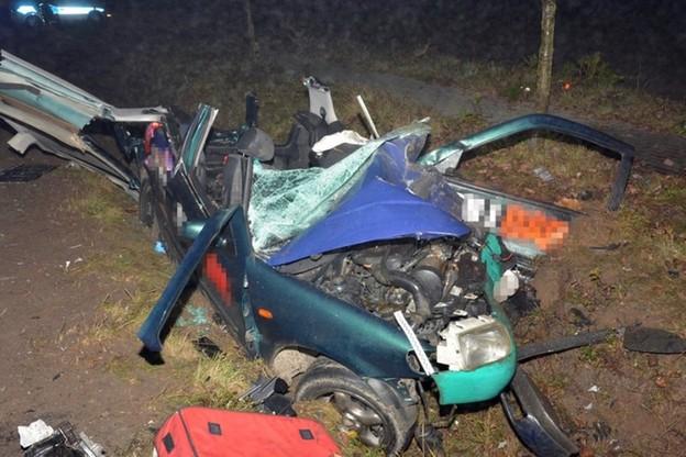 Kierowca opla zginął na miejscu, kierowca volkswagena zmarł w szpitalu