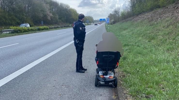 Jechał elektrycznym wózkiem po autostradzie. 83-latkowi pomogła policja