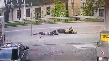 82-latek zajechał drogę motocykliście. Ten uderzył w znak i urwało mu nogę [DRASTYCZNE NAGRANIE]