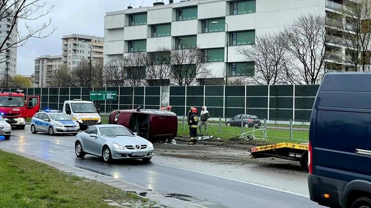 Wypadek w Alei Stanów Zjednoczonych w Warszawie. Auto dachowało
