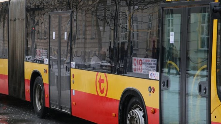 Zderzenie samochodu osobowego z autobusem w Warszawie. Pięć osób zostało rannych