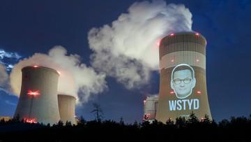 """Twarz premiera Morawieckiego z napisem """"Wstyd"""" wyświetlona na elektrowni"""