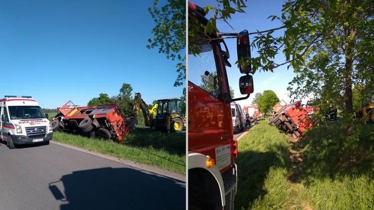 Nie żyje strażak, który jechał gasić las. Wóz bojowy wypadł z drogi i uderzył w drzewo