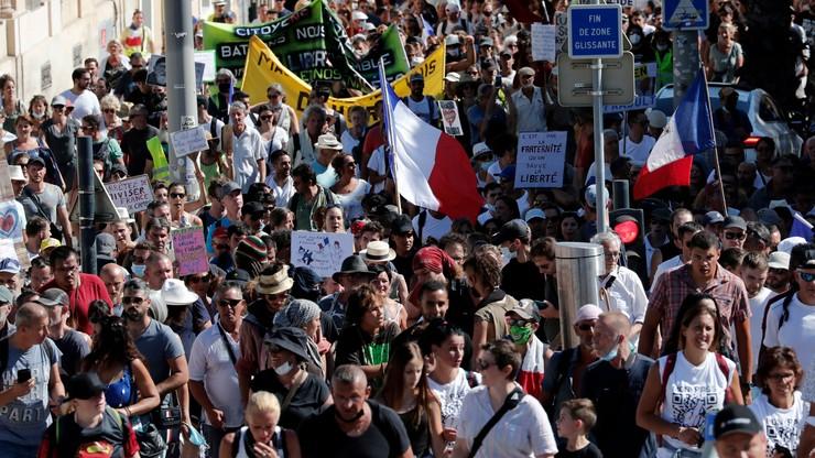 Protesty przeciwko paszportom sanitarnym we Francji i Włoszech. Starcia z policją także w Niemczech