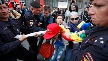 W Moskwie protest przeciwko ograniczeniom w internecie. Zatrzymano m.in. osoby z tęczowymi flagami