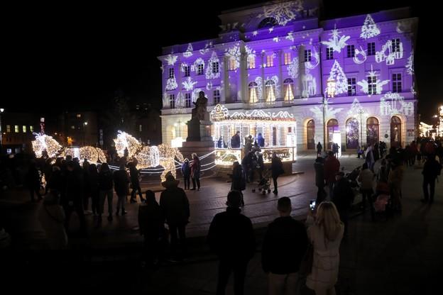 Elewacja Pałacu Staszica oświetlona zimowym motywem/ fot. PAP/Wojciech Olkuśnik