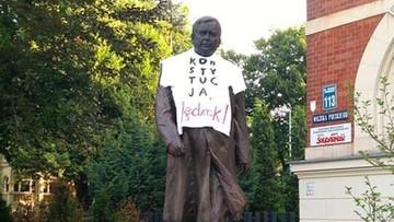 """Koszulka z napisem """"Konstytucja, Jędrek!"""" na pomniku Lecha Kaczyńskiego. KOD: to anonimowa akcja"""