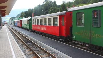Wypadek pociągu w Alpach. Jeden z wagonów wpadł do rzeki