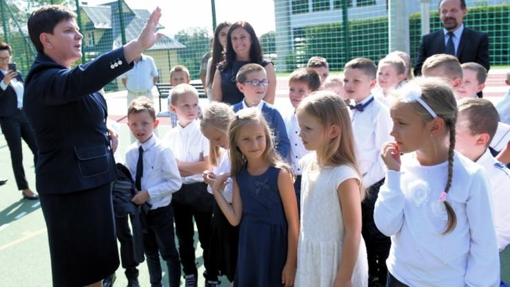 """Przedstawiciele KOD zakłócili wizytę Szydło w szkole w Pcimiu. """"Zachowują się niegrzecznie"""""""