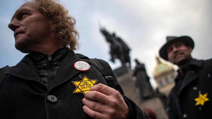 Czechy. Antyszczepionkowcy wykorzystali symbol gwiazdy Dawida. Społeczność żydowska protestuje