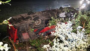 Autokar przebił barierę i spadł ze skarpy na Podkarpaciu. Trzy osoby nie żyją