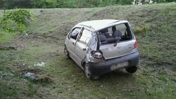 Pijany wsiadł za kierownicę dwa razy. Skończył dachując na poboczu
