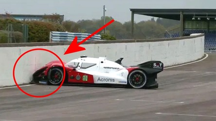 Zobacz, jak autonomiczny Roborace rozbił się podczas wyścigu na torze [FILM]