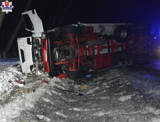 Ciężarówka wypadła z jedni i przewróciła się na bok.