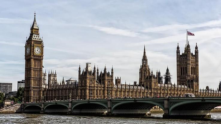 Skandal w Wielkiej Brytanii. Poseł aresztowany pod zarzutem gwałtu