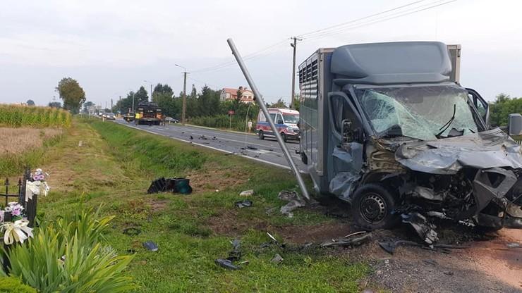 Mazowieckie. Samochód dostawczy zderzył się z lawetą przewożącą czołg. Jedna osoba została ranna