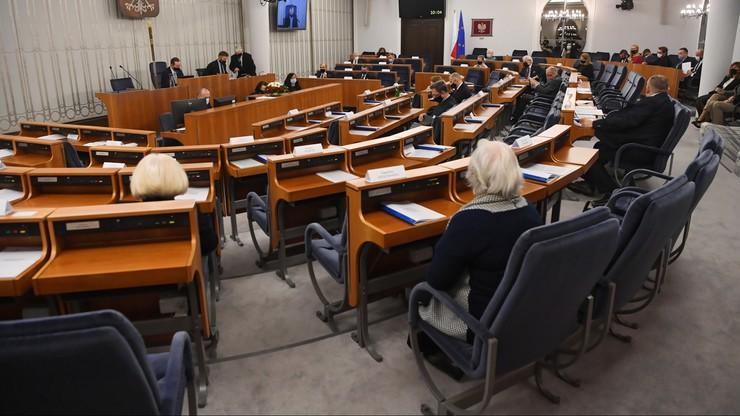 """Waloryzacja emerytur i """"czternastka"""". Senat przyjął poprawki do ustaw"""