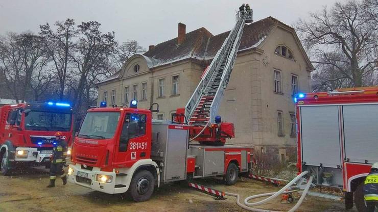 Pożar pałacu w Wojnowicach. Na miejscu dziesięć jednostek strażaków