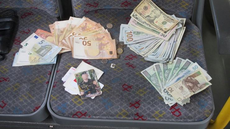 Pasażer zostawił w autobusie ponad 33 tys. zł w różnej walucie. Znalazł je kierowca