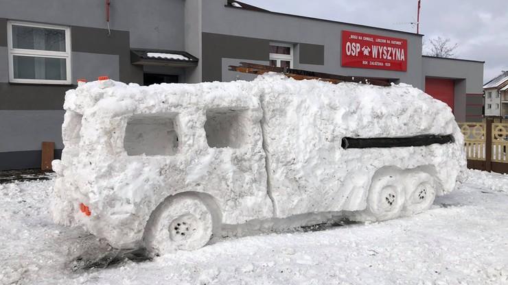 Strażacy-ochotnicy nie mogli się doczekać na nowy wóz gaśniczy. Ulepili go sami ze... śniegu
