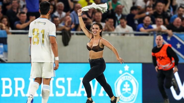 Powtórka z finału Ligi Mistrzów. Na stadionie w Bratysławie biegała roznegliżowana kobieta (WIDEO)