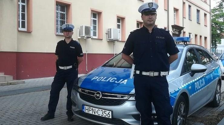 Policjanci uratowali kobietę przyduszoną drzwiami samochodu