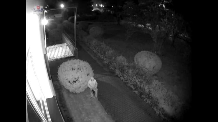 Zamość. Policja publikuje nowe nagranie sprawcy podpalenia sanepidu i punktu szczepień