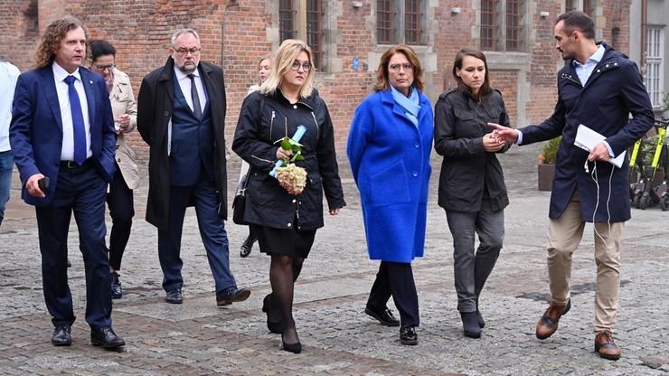 Kidawa-Błońska złożyła kwiaty na grobach Płażyńskiego i Adamowicza