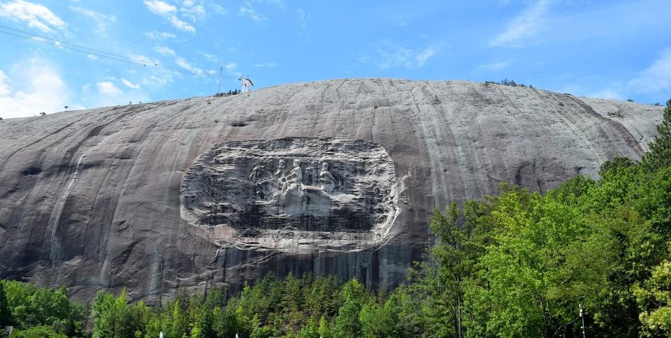 Park Stone Mountain to najpopularniejsza atrakcja turystyczna w Georgii. 115 lat temu na szczycie tej góry reaktywowano Ku Klux Klan, dziś odbywają się na niej na przykład mieszane etnicznie zaręczyny.