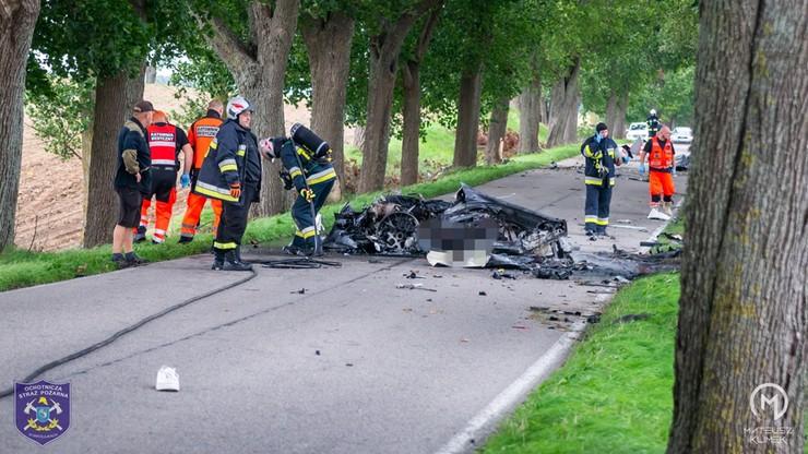 Warmińsko-mazurskie: Tragiczny wypadek pod Olszewem. W aucie spłonęło dwóch mężczyzn