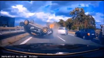 Siła uderzenia wzbiła auto w powietrze. Tuż za nim jechało następne [WIDEO]