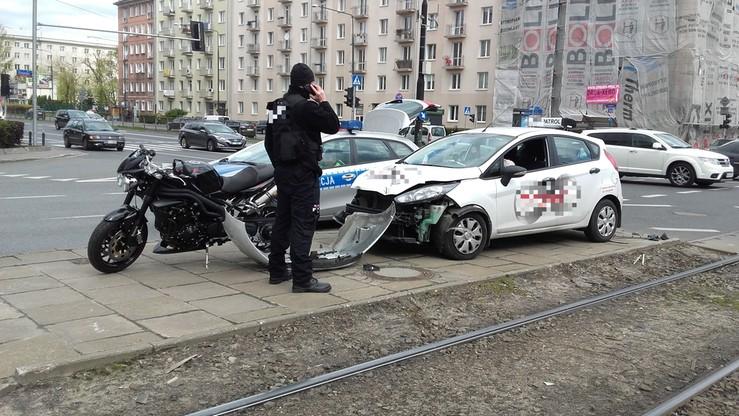 Warszawa: kolizja motocykla z samochodem ochrony. Zderzak na ulicy