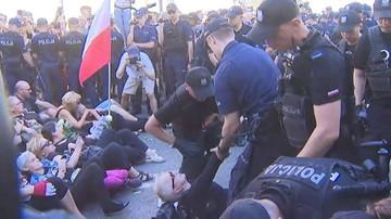 Obywatele RP i Strajk Kobiet zablokowali trasę marszu narodowców. Z ulicy usunęła ich policja