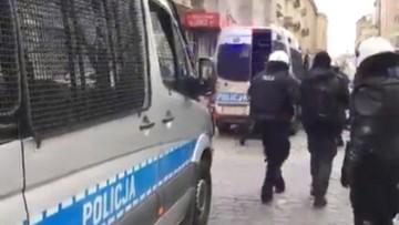 """""""Siadaj k****"""". KGP zbada sprawę rzekomych słów policjanta w trakcie zatrzymania kontrmanifestantów"""