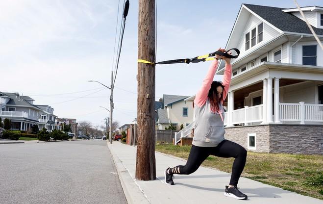 Gdy siłownie pozostają zamknięte, można ćwiczyć przy pomocy miejskiej infrastruktury