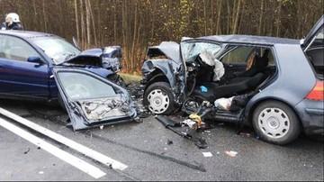 Tragiczny wypadek w Warmińsko-Mazurskiem. Zginęła 49-letnia kobieta, osiem osób zostało rannych