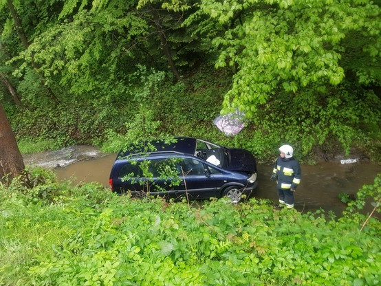 Wpadła w poślizg i wylądowała w potoku. Opady deszczu w całej Polsce