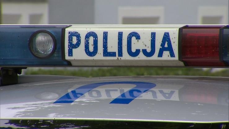 Bus uderzył w drzewo w Łódzkiem. Jedna osoba zginęła, cztery ranne