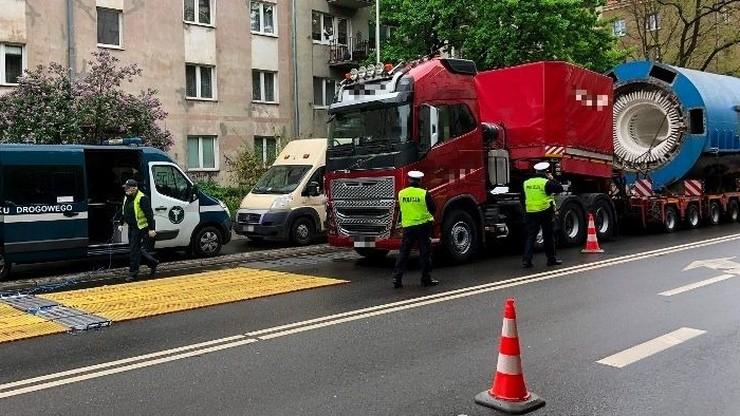 Wyjechał na drogę, choć dostał zakaz. Ciężarówka ze 168-tonowym ładunkiem