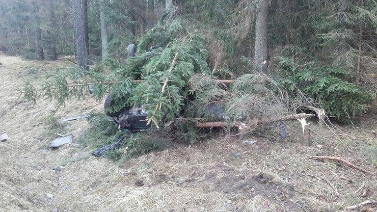 Samochód wpadł w las, złamane drzewa zamaskowały wrak. Był prawie niewidoczny