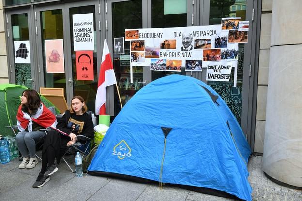 Warszawa. Dwie Białorusinki zaczęły strajk głodowy przed biurem Komisji Europejskiej