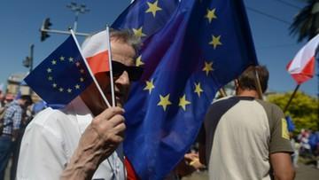 """""""Marsz Wolności"""" w Warszawie. """"Wszyscy razem, pięści w górę, obalimy dyktaturę"""""""