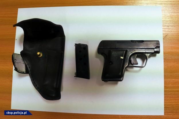 Policjanci zabezpieczyli broń, paralizator i kajdanki.