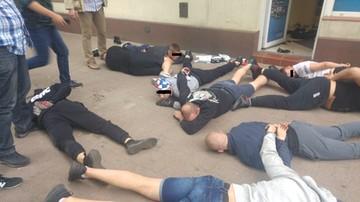 Łódzcy pseudokibice napadli na sklep z odżywkami. Policja opublikowała zdjęcia z zatrzymania