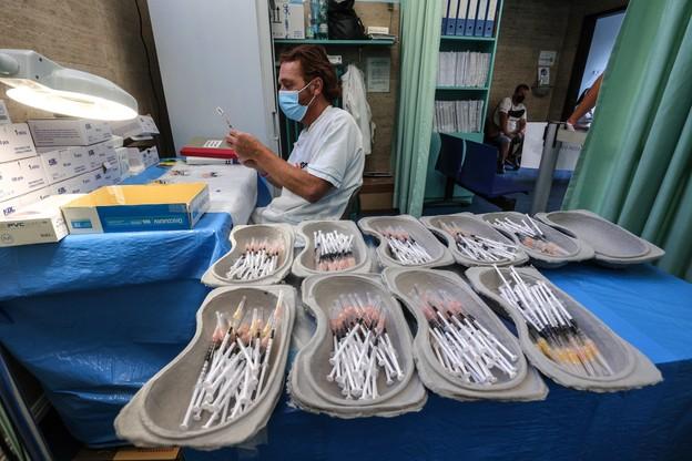 """""""Nerki"""" ze strzykawkami przygotowane na noc szczepień we Włoszech."""